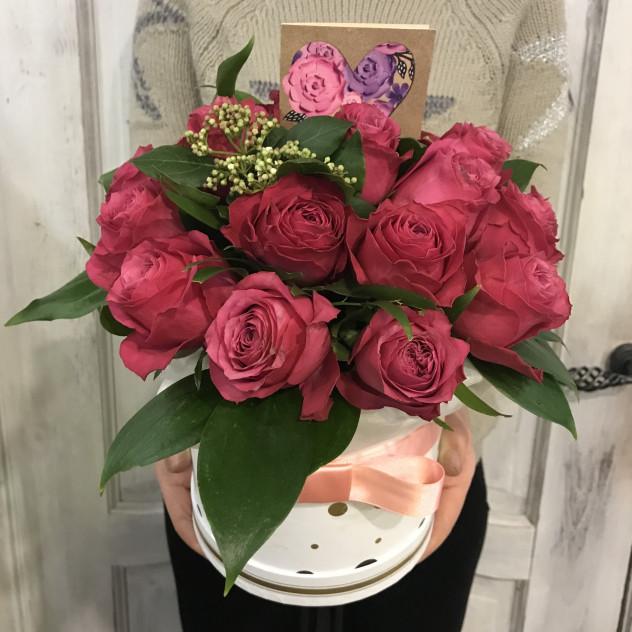 коробка малиновых роз