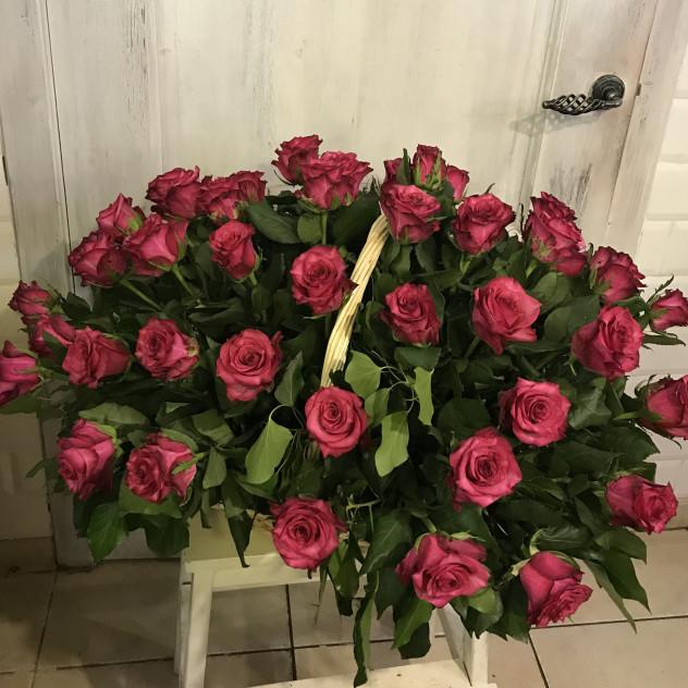 корзина малиновых роз