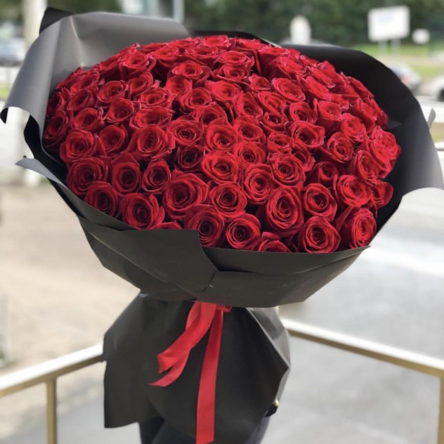 Букет 101 роза в чёрном крафте 60 см