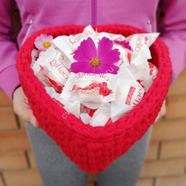 """Конфеты """"Raffaello"""" в вязаной корзине Сердце"""